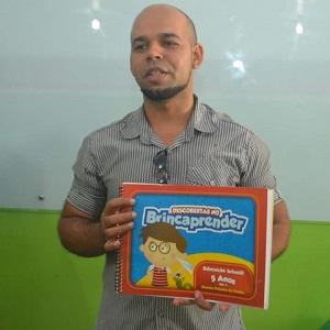 Secretário de Educação, João Paulo, apresentando os livros didáticos aos pais dos alunos